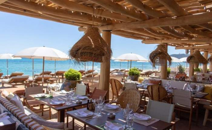 La Réserve Plage restaurant in St Tropez_Classy beach restaurant with wooden furniture just next to the beach and sunbeds
