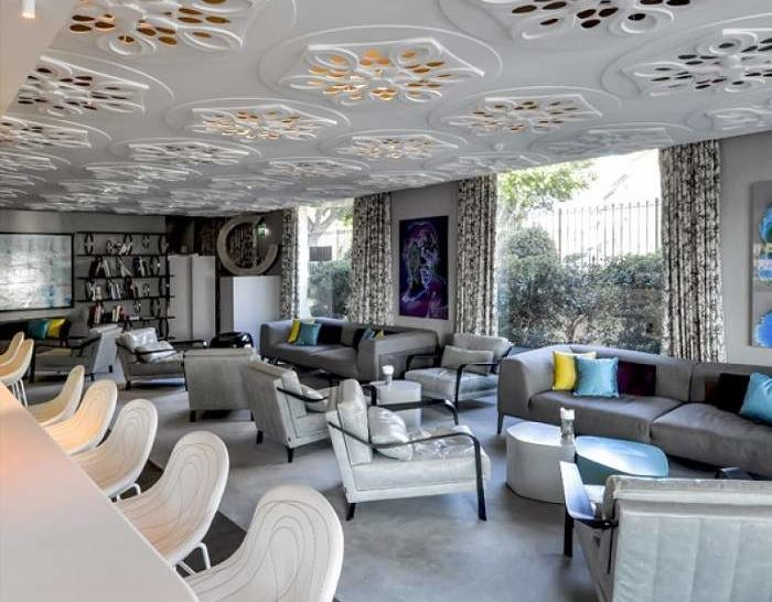 Hotel de Paris St Tropez_Classy interior of the bar with modern white and grey chairs and furniture